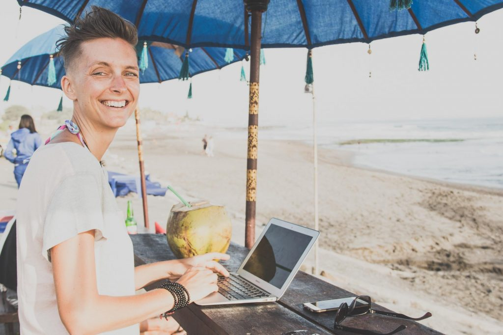 digital nomad make money
